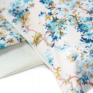 dettaglio completo lenzuola celine di zucchi con fiori azzurri