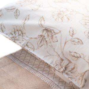 dettaglio completo letto amelie con magnolie in beige di mae