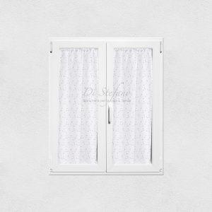 tendine a vetro con fiorellini ricamati e colorati su fondo bianco