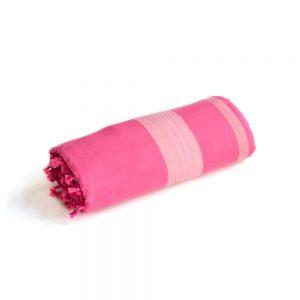 telo mare arrotolato fouta rosa e fucsia con frange di Maè