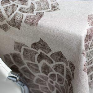 dettaglio tovaglia in lino con fiori Marroni linea Claire di Vallesusa Casa