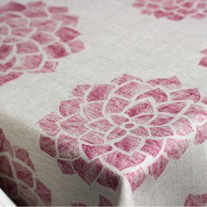 dettaglio tovaglia in lino con fiori Bordeaux linea Claire di Vallesusa Casa