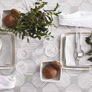 dettaglio tavola con tovaglia naturaleza di maison sucree