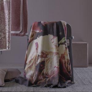 plaid con peonie della collezione Peonia di Maison Sucrée ambientato