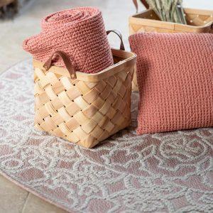 tappeto da esterno rotondo beige adi di vivaraise cipria ambientato