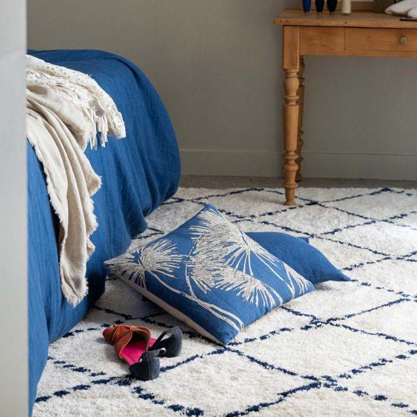 tappeto berbero con disegno blu Casablanca di Vivaraise ambientato