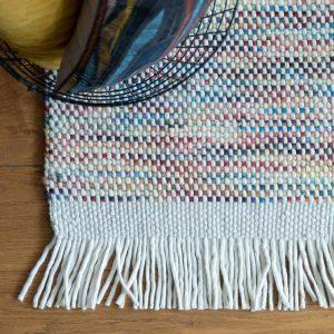 dettaglio tappeto in lana bianco e multicolor Kulti di Vivaraise