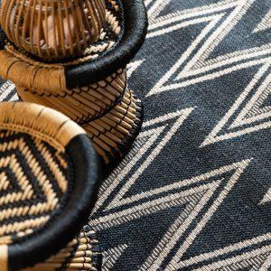 dettaglio tappeto nero a zig zag chevron stile missoni Lou di Vivaraise