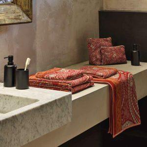 asciugamano con ospite rosso damascato Piazza di Spagna di Granfoulard Bassetti