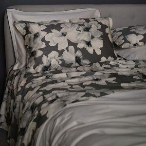 completo letto Peonia Reever matrimoniale fiori bianchi moderni su base grigio ghiaccio