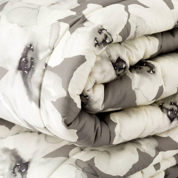 dettaglio trapunta Peonia di Reevèr con fiori moderni bianca e grigio scuro