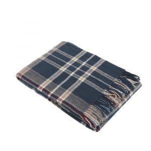 plaid Mudec di Somma scozzese blu e grigio in lana merino nel dettaglio